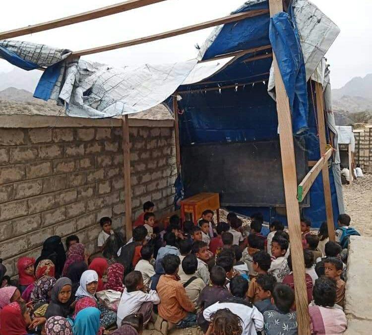 طلابه يدرسون في العراء.. مدير مدرسة في لحج يناشد المنظمات التدخل للتخفيف من معاناة الطلاب