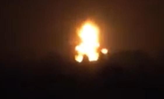 الحديدة.. جماعة الحوثي تحرق شاحنتين محملتين بالمشتقات النفطية نتيجة رفض سائقيها دفع جبايات