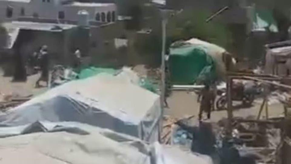 إب.. جماعة الحوثي تقتحم وتدّمر مخيماً للنازحين