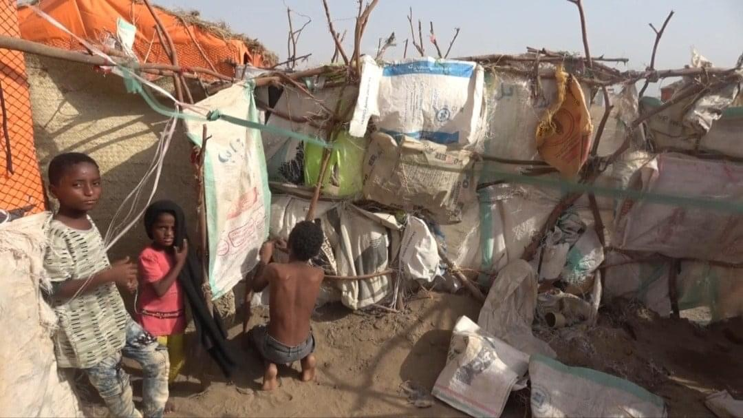 """قذائف جماعة الحوثي تُجبر """"سالم"""" وأبناءه المُصابين على العيش في العراء"""