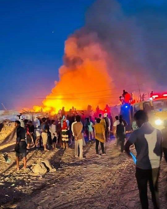 مأرب.. وفاة طفل وإصابة ٤ آخرين جراء اندلاع حريق بأحد مخيمات النازحين