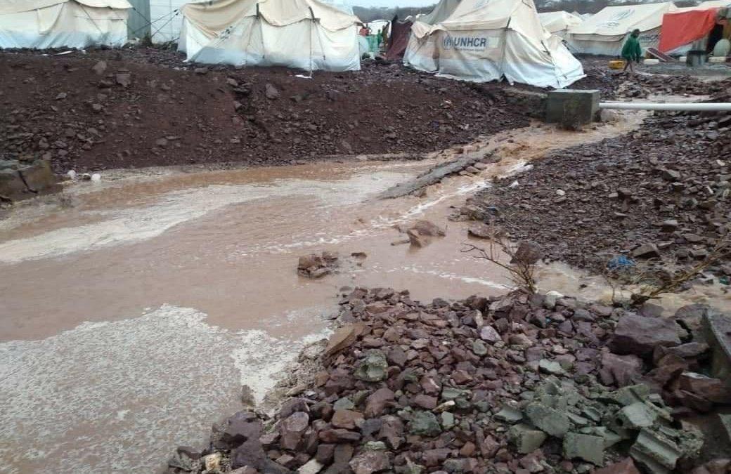 تعز.. سيول الأمطار تجرف مخيمات النازحين